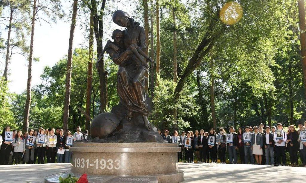 Kazakistan'da Büyük Açlık ve Sovyet Rejimi Kurbanları Anıldı