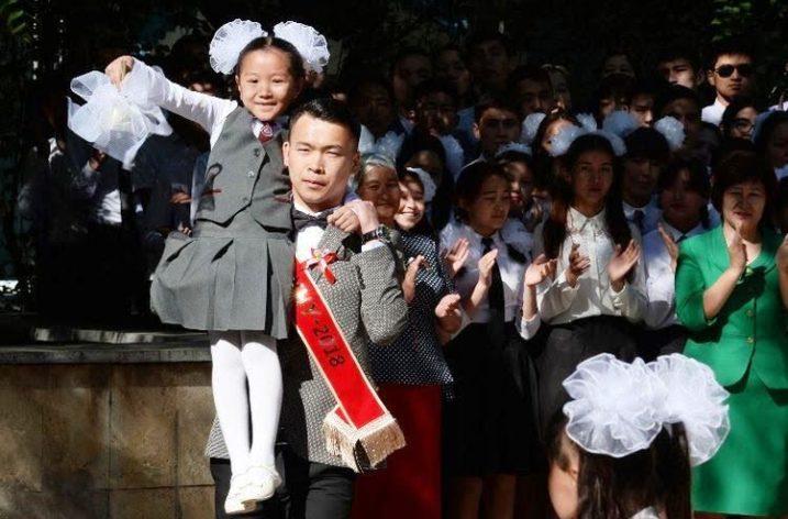 Kırgızistan'da 60 Bin Liseli Mezun Oluyor