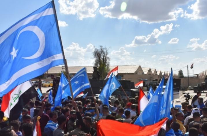 Türkmeneli'nin eğitim merkezlerinde ay yıldızlı mavi bayrak dalgalanıyor